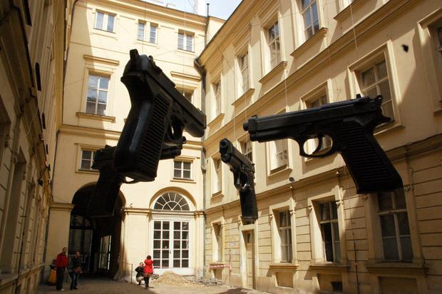 Praga, Pistolety - rzeźba Davida Cernego na Smichovie