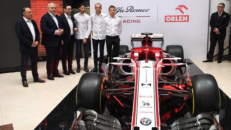 Kierowcy zespołu Alfa Romeo Racing Orlen: Antonio Giovinazzi (3P), Kimi Raikkonen (P) i Robert Kubica (2P), szef zespołu Frederic Vasseur (L), wicepremier, minister aktywów państwowych Jacek Sasin (2L) oraz prezes zarządu PKN ORLEN Daniel Obajtek (3L)