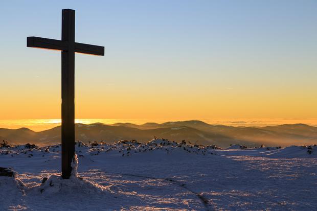 Krzyż na szczycie Pilska, w tle widoczne Tatry