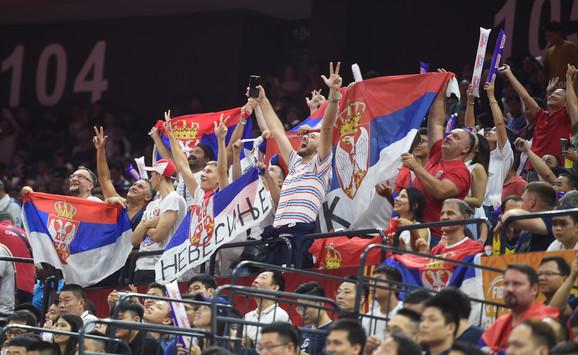 Radost naših navijača na meču košarkaških reprezentacija Srbije i Filipina