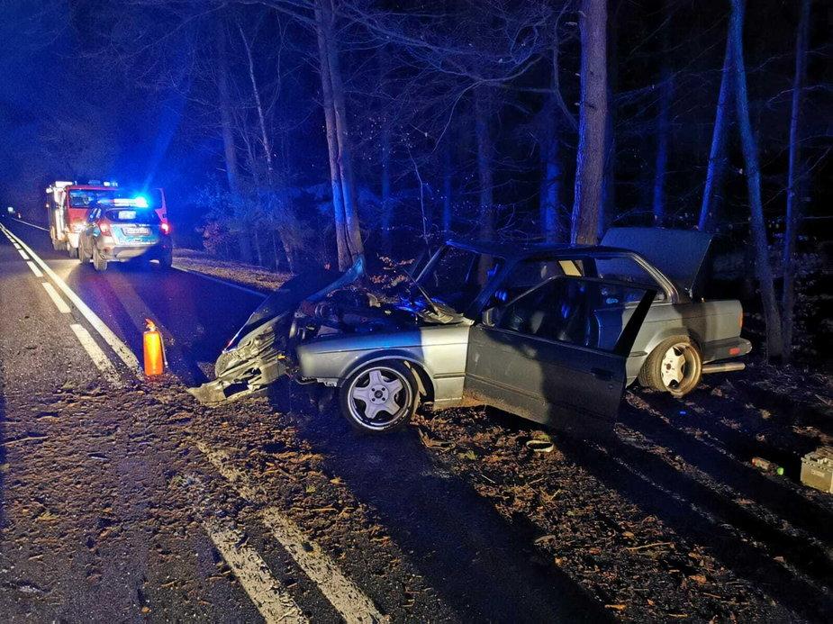 Samochód wypadł z drogi. Aż trzy poszkodowane osoby