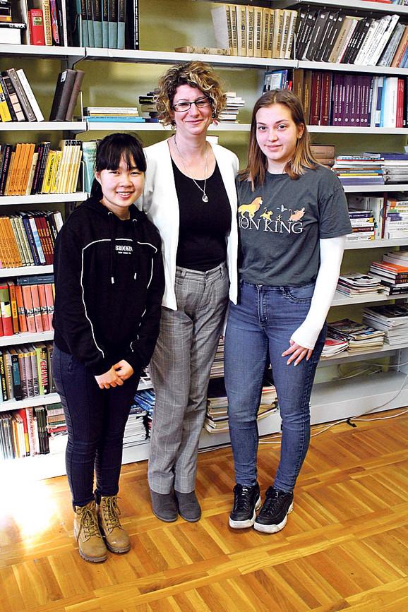 Profesorka biologije Elvira Đurković sa svojim učenicama