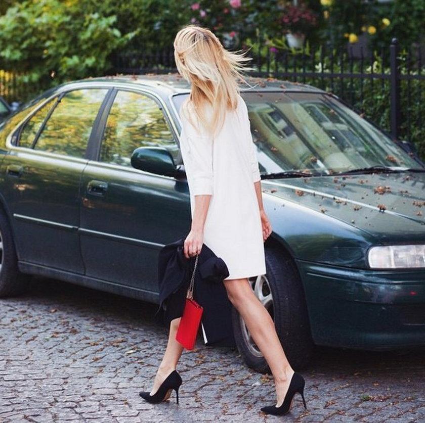 Biała sukienka, czarne szpilki... czy to Magda Ogórek? Nie... to Kasia Tusk