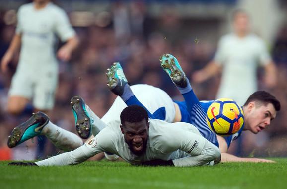 Čelsijev Timue Bakajoko u duelu sa Majkom Kinom iz Evertona