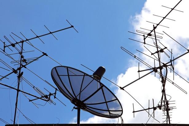 UKE zaleca, by w miejscowościach, w których odbiór sygnału jest utrudniony, anteny montowano na zewnątrz budynków na wysokości przynajmniej 10 metrów.
