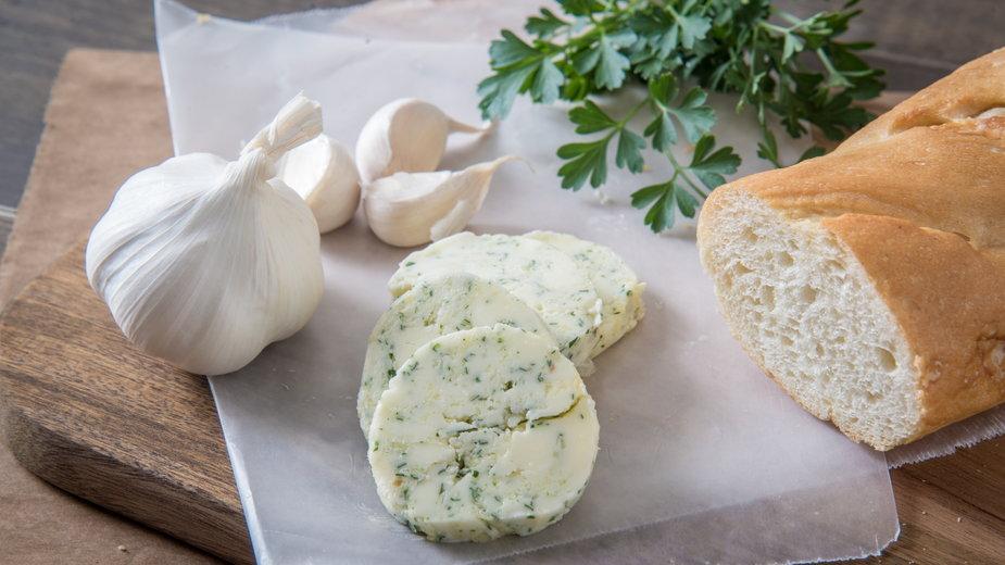 Do masła czosnkowego można dodać ulubione przyprawy lub zioła - ahirao/stock.adobe.com