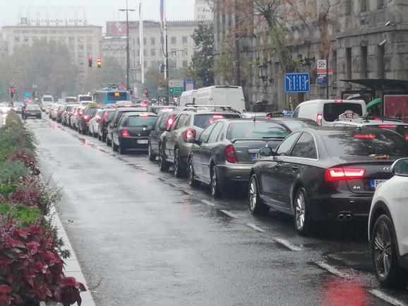 Kolona vozila na semaforu ispred Skupštine