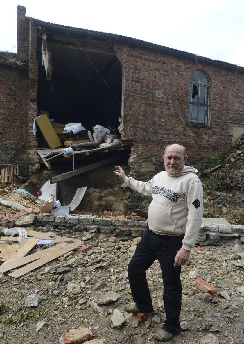 Jerzy Bucki pokazuje na zawaloną ścianę swojego domu