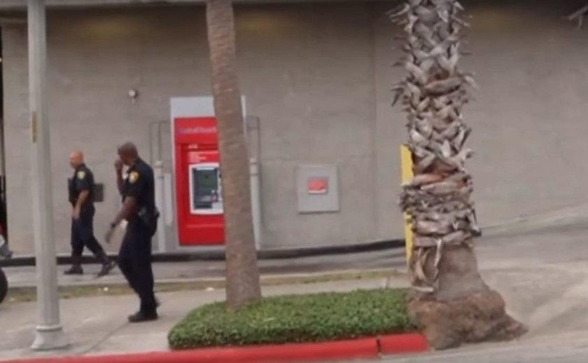 Człowiek w bankomacie