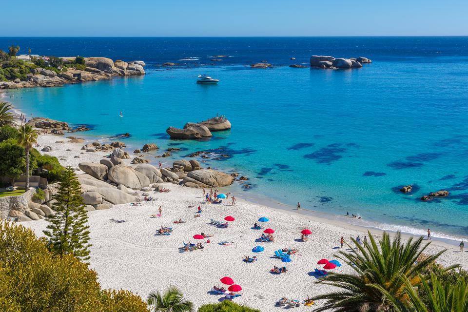 Plaża w Camps Bay niedaleko Kapsztadu słynie z białego piasku. Jest to popularne miejsce, chętnie odwiedzane przez surferów. Plażowe kluby otwarte są tu niemal całą dobę.