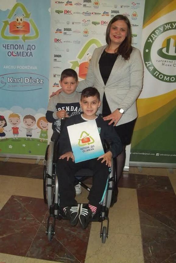 Aleksa Drakulić sa bratom i Vanjom Petković predsednicom Udruženja ''Čepom do osmeha''