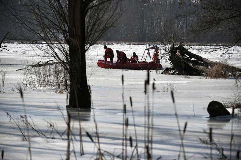 Policyjny śmigłowiec bierze udział w akcji poszukiwawczej polityka, działacza opozycji w czasach PRL Jana Lityńskiego w rzece Narwi w okolicach Pułtuska