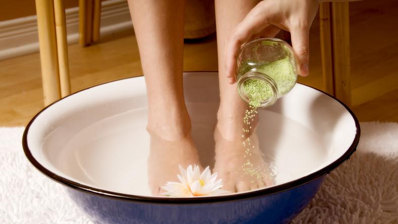 Jakie kąpiele działają dobrze na stopy?