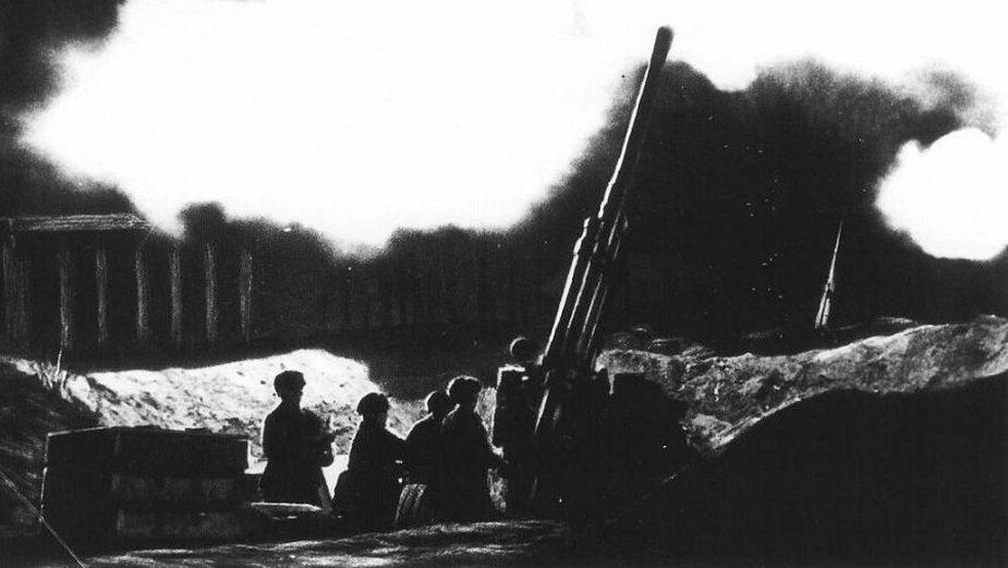 Obrona przeciwlotnicza miasta w sąsiedztwie katedry św. Izaaka (domena publiczna)
