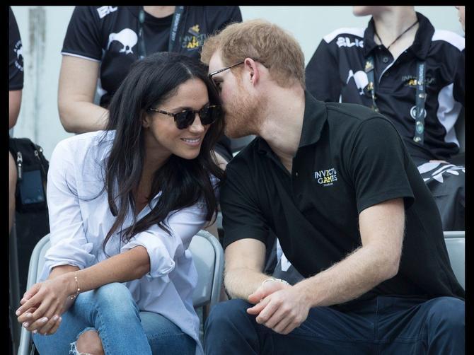 Princ Hari prvi put zvanično sa devojkom u javnosti: Jedan DETALJ na njoj doslovno je SRUŠIO INTERNET