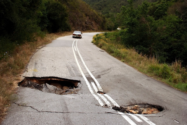 """Od lat kierowcy zmagają się z problemem, jaki stanowią pojawiające się po zimie dziury i wyboje na drogach. Kontakt z takimi """"niespodziankami"""" może skończyć się uszkodzeniem kół lub zawieszenia."""