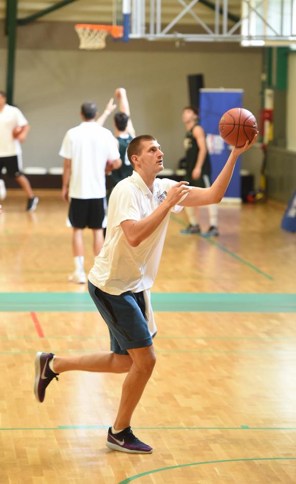 Nikola Jokić na parketu hale u Žarkovu u kojoj se odvijaju aktivnosti NBA kampa