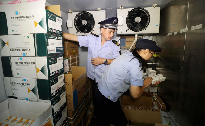 Policja w Chinach kontroluje skład ze szczepionkami
