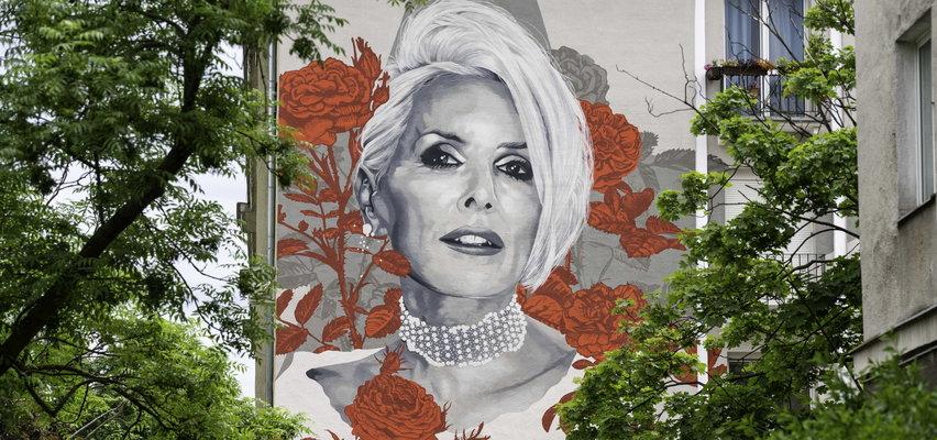 Kora upamiętniona muralem z okazji 70. urodzin. Wokół budynku z portretem artystki zasadzą setki róż