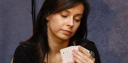 Znana aktorka rozdaje autografy i... karty