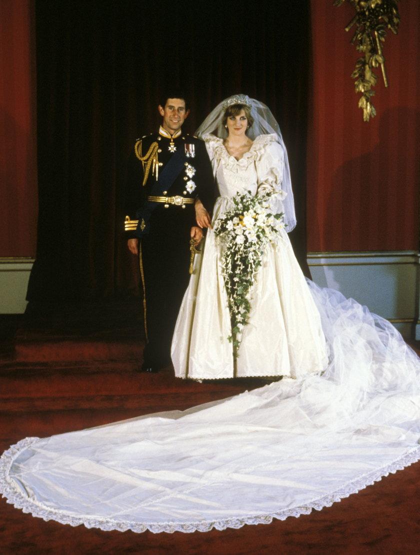 Księżna Diana z księciem Karolem w 1981 r. podczas ślubu