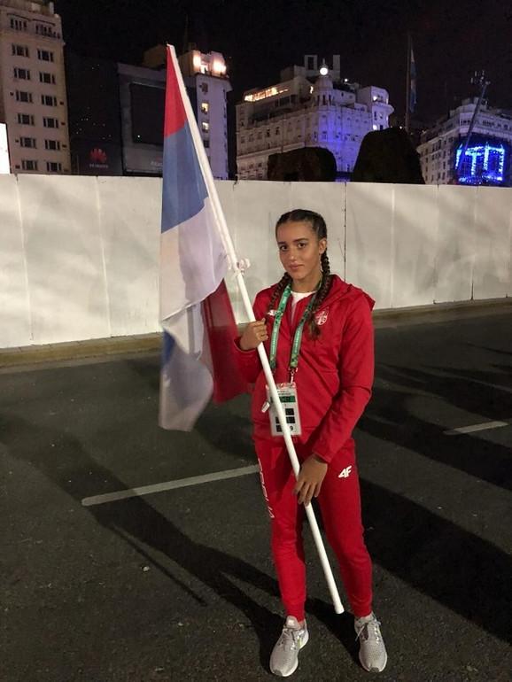 Anja Crevar sa zastavom Srbije na ceremoniji otvaranja Olimpijskih igara mladih