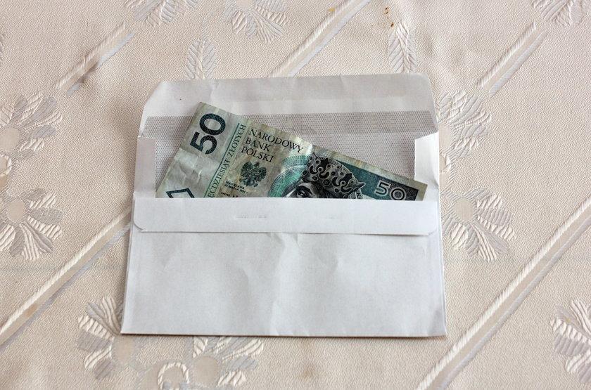 Ile dać księdzu w kopertę na kolędzie?