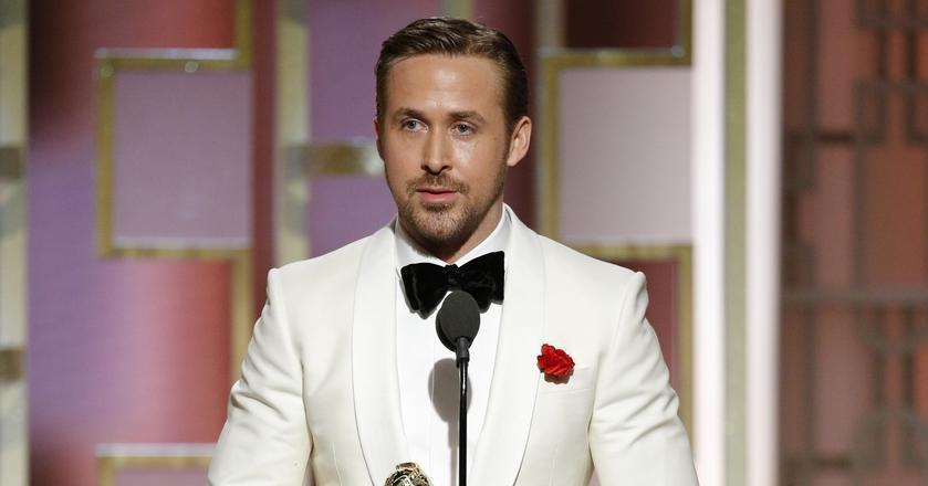 Aktor Ryan Gosling w smokingu inspirowanym Jamesem Bondem