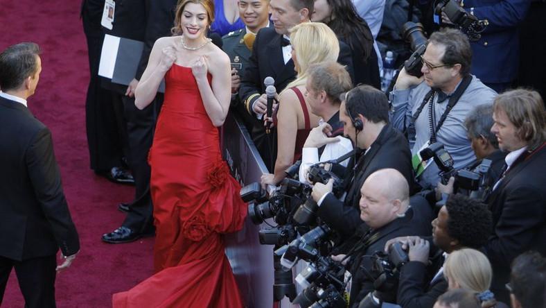 Anne Hathaway: jest modna czerwień, jest kreacja Valentino, a jednak całość trąci kiczem. Jedna z najgorszych kreacji wieczoru.
