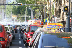 TAKSISTI BLOKIRALI GRAD Stotine taksi vozila napravilo HAOS na ulicama (FOTO, VIDEO)