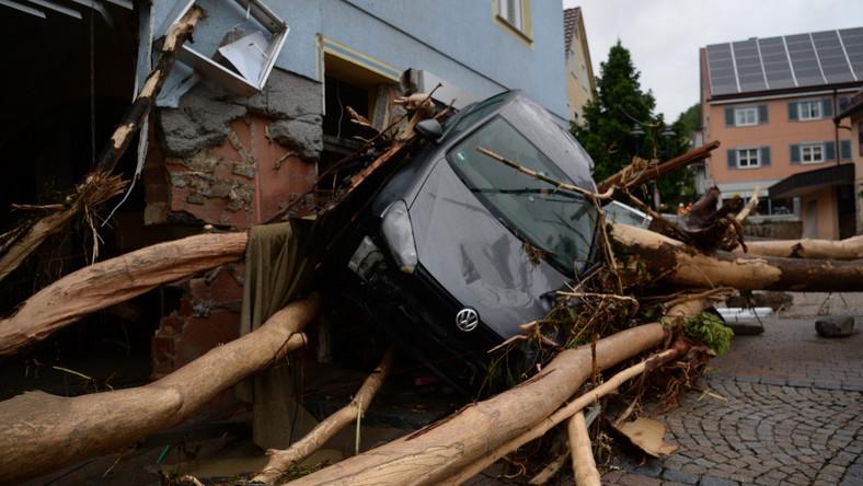 """Wskutek intensywnych opadów deszczu szczególnie ucierpieli mieszkańcy Triftern, Simbach am Inn i gminy Tann. """"W ciągu ostatnich godzin sytuacja dramatycznie się zaostrzyła. Całe centrum miejscowości zostało zalane przez strumień Altbach"""" - powiedział burmistrz Triftern, Walter Czech."""