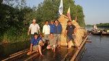 Płyną tratwą przez Polskę jak ich przodkowie