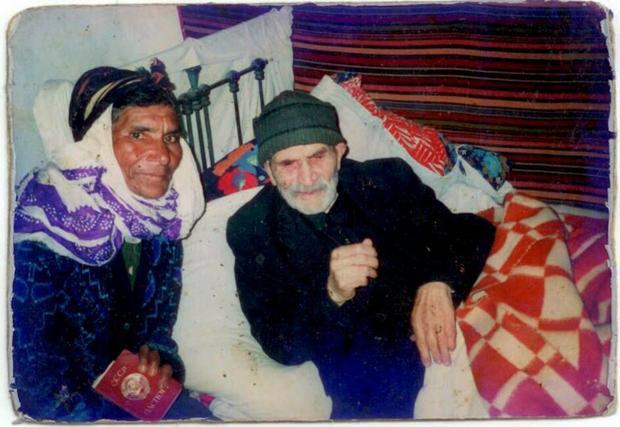 Studwudziestodwuletni mężczyzna z Kaukazu i jego trzecia, sześćdziesięciojednoletnia żona