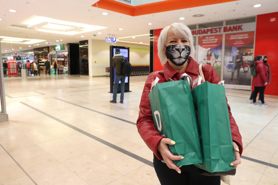 Krisztina sem tervezett nagyobb vásárlást, de meglátta az alacsony árakat, és két cipőt is vett / Fotó: Pozsonyi Zita