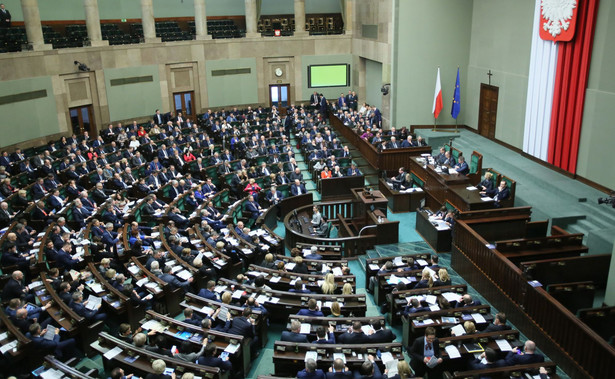 """""""Żadnych przeprosin panie Schetyna nie będzie, niech pan nie odwraca kota ogonem. Dzisiejsze pańskie wystąpienie to była kompromitacja i Jarosław Kaczyński w swoim 5 -minutowym wystąpieniu, jak to mówią internauci, pana zaorał"""" - oświadczyła posłanka PiS."""
