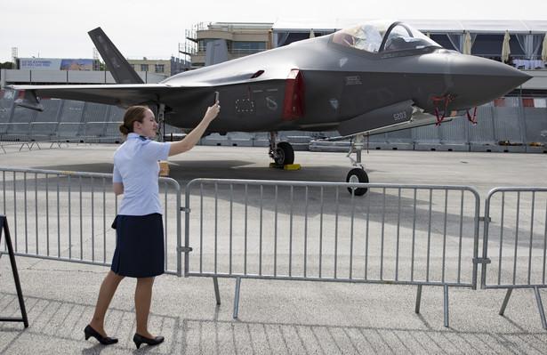 F-35 Lightning II – amerykański jednomiejscowy, jednosilnikowy myśliwiec wielozadaniowy piątej generacji zbudowany przez korporację Lockheed Martin. Polska zadeklarowała gotowość zakupu 32 takich maszyn. Cena jednego F-35 wynosi obecnie (bez uzbrojenia i pomocy technicznej) ok. 89,2 mln USD.
