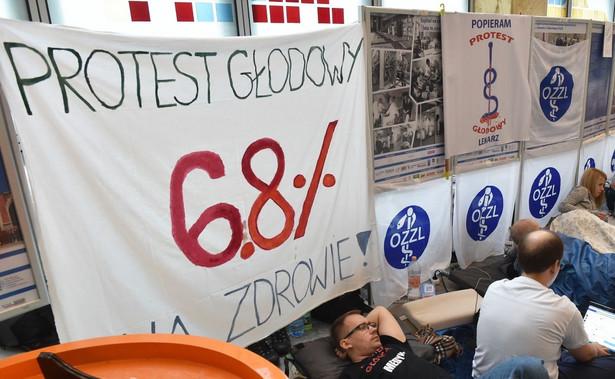 Do młodych lekarzy protestujących w Warszawie dołączyli medycy w innych miastach