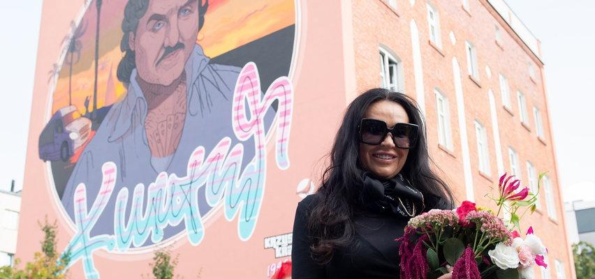 Ewa Krawczyk odsłoniła mural swojego męża w Opolu. Czy Krzysztof Krawczyk wygląda na nim tak, jak wyglądał naprawdę? ZDJĘCIA