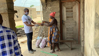 Nigerian footballers donate food items, cash gifts to Nigerians to ease woes during the lockdown