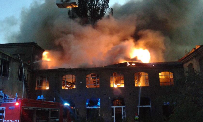Spłonęła opuszczona fabryka.