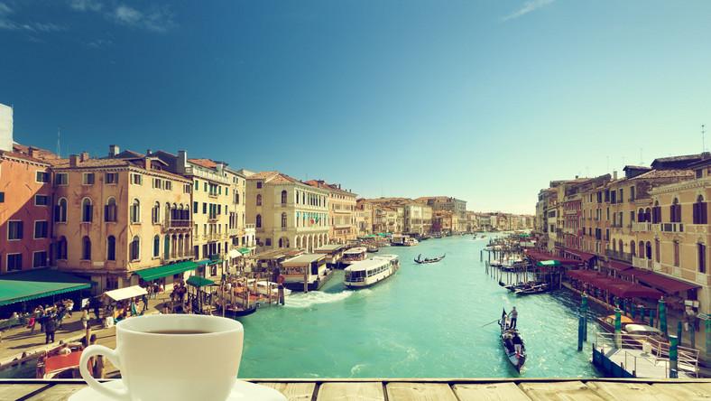 Filiżanka kawy na tle widoku Wenecji, Włochy