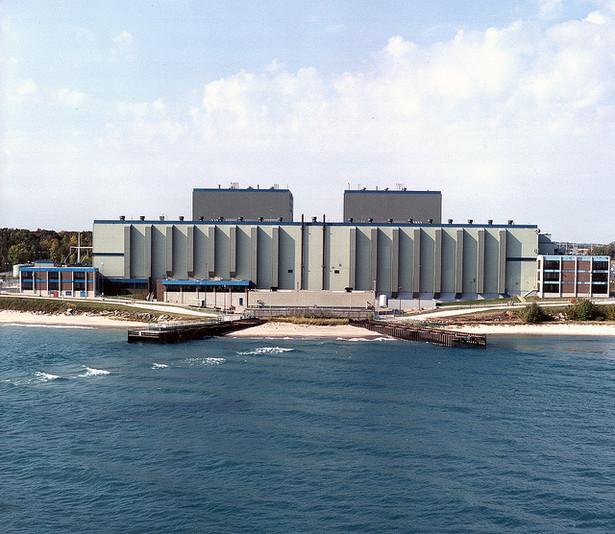 9. Elektrownia atomowa Point Beach w Two Rivers w stanie Wisconsin w USA. Pierwszy reaktor atomowy został uruchomiony 21 grudnia 1970 roku i ma pozwolenie na działanie do października 2030 roku. W 1984 roku zamontowano tu nowe wytwornice pary, a w 2005 roku wymieniono pokrywę zbiornika reaktora. Od późnych lat 70. budowa nowych elektrowni atomowych stała się trudnym przedsięwzięciem ze względów politycznych. Teraz przeciw inwestycjom w atom zaczynają też przemawiać względy ekonomiczne: niskie ceny gazu, wzrost produkcji odnawialnych źródeł energii i spowolnienie gospodarcze sprawiają, że budowa elektrowni atomowych staje się coraz droższa. Fot. CC 2.0, NRCgov