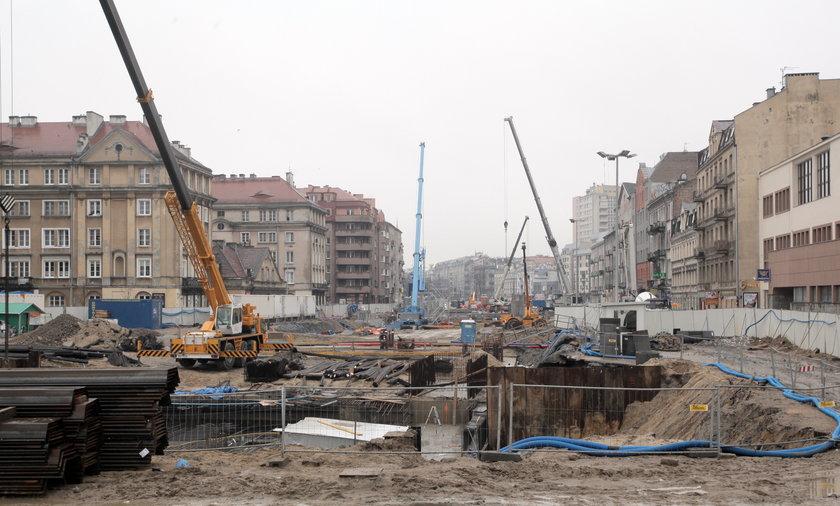 pekajace ściany w związku z budową metra