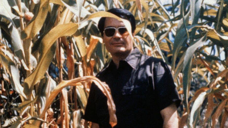 Jim Jones na polu kukurydzy w Jonestown. Zdjęcie niedatowane