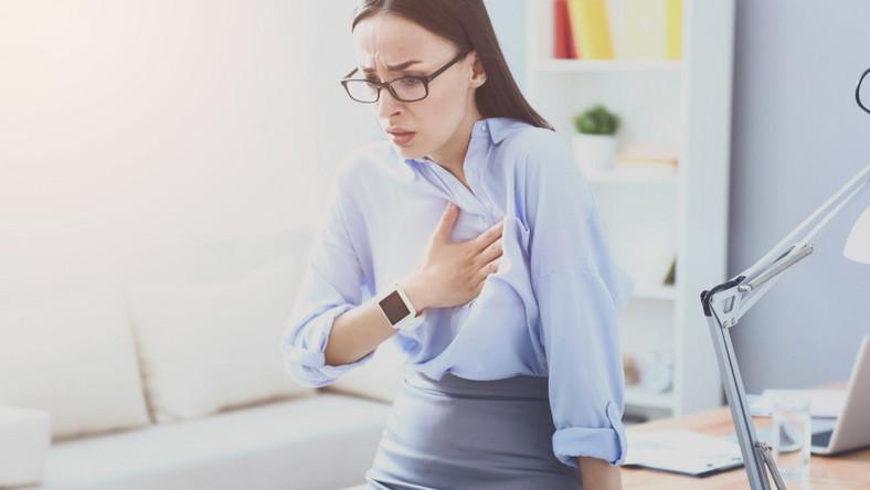 Kobieta w biurze. Stres. Ból serca.