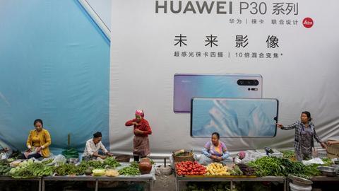 Reklama Huawei nad straganami w Mangshi w chińskiej prowincji Junnan. Raport stowarzyszenia operatorów telefonii komórkowej (GSMA) rzuca światło na to, ile UE może stracić, jeżeli Huawei i ZTE zostaną odsunięci od tego rynku.