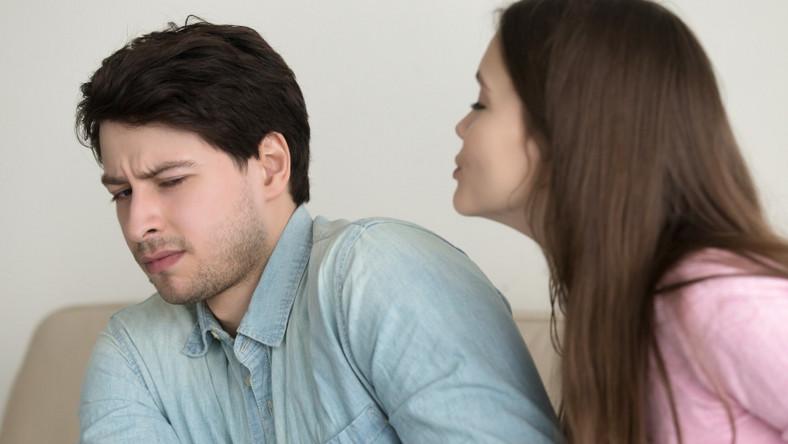 Mężczyzna odmawia pocałunku