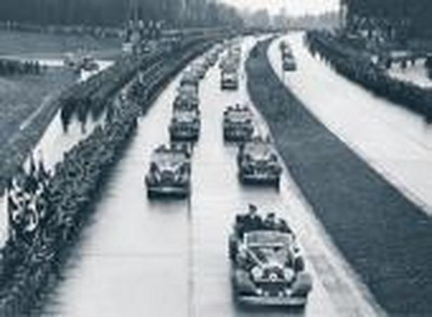 Hitler postawił na rozwój sieci autostrad. Na zdjęciu: otwarcie nowego odcinka pod Dreznem, lata 30. Fot. Forum