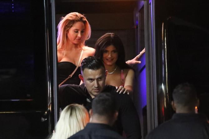 Kajli Džener napušta noćni klub