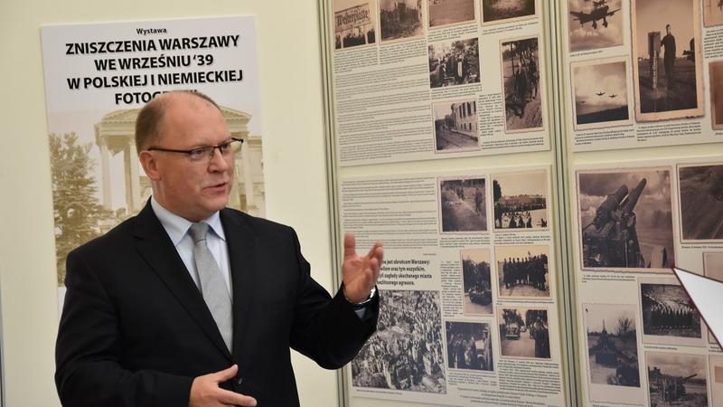 Wystawę w holu głównym otworzył Wojewoda Mazowiecki Zdzisław Sipiera.